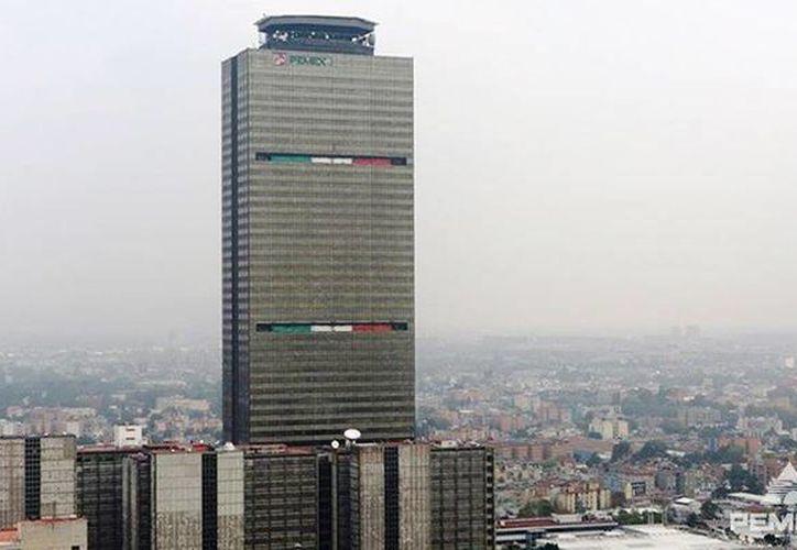 Pemex indicó que la calificación de Moody's es similar al de otras firmas, a pesar de que por la caída del precio del crudo sí han bajado la calificación de otras grandes petroleras. Imagen del edificio administrativo de Petróleos México. (@Pemex)