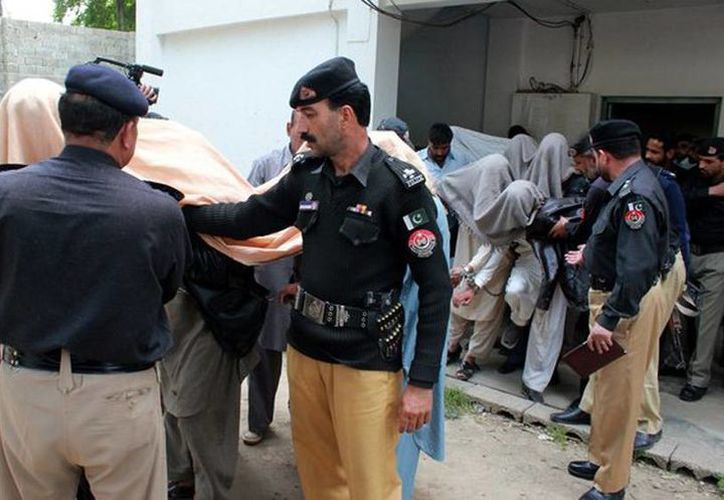 Policías paquistaníes acompañan a los miembros del consejo de la tribu que son acusados de asesinar a una joven en Pakistán. (Agencias)