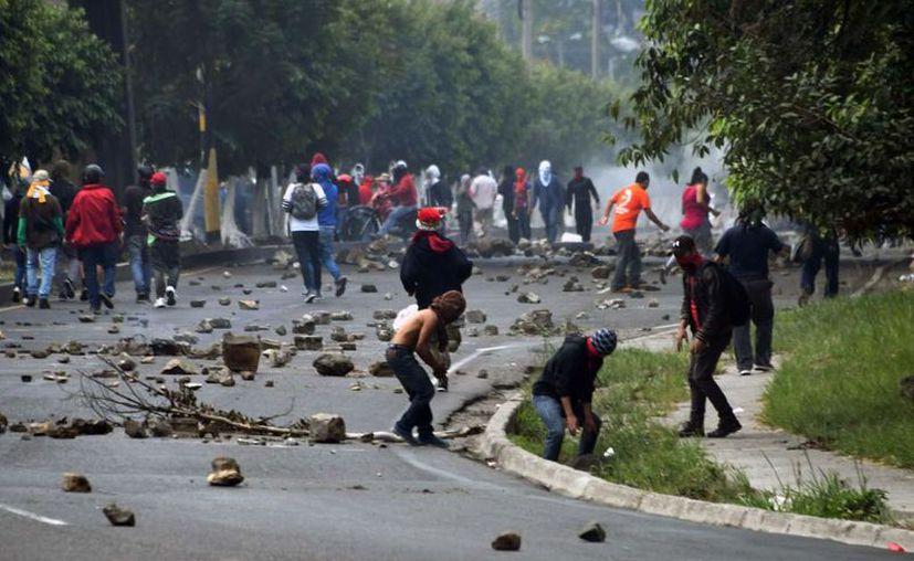 Cientos de manifestantes bloquearon el viernes importantes carreteras en las principales ciudades de Honduras. (Foto: La Prensa)