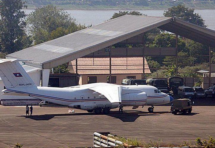 En la foto se aprecia un avión AN74TK-300D de fabricación rusa perteneciente a la Fuerza Aérea de Laos, en la pista de una base aérea en Pakse, Laos. Es el mismo modelo que se estrelló esta mañana con saldo trágico. (EFE)