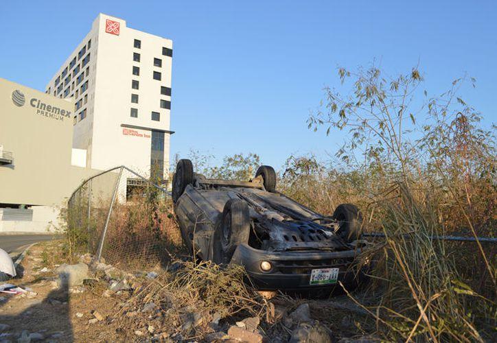 El coche se estrelló con una malla metálica para luego terminar de cabeza. (C. Navarrete/ SIPSE)