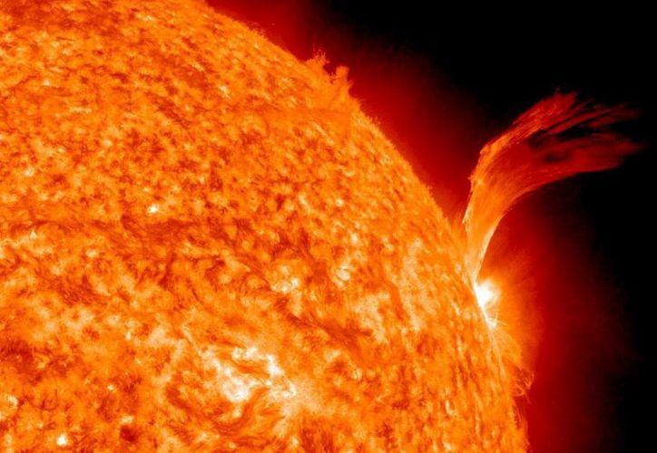 Imagen tomada por el satélite de observación solar del Solar Dynamics Observatory que muestra una gran erupción de plasma en la superficie del sol. (EFE)