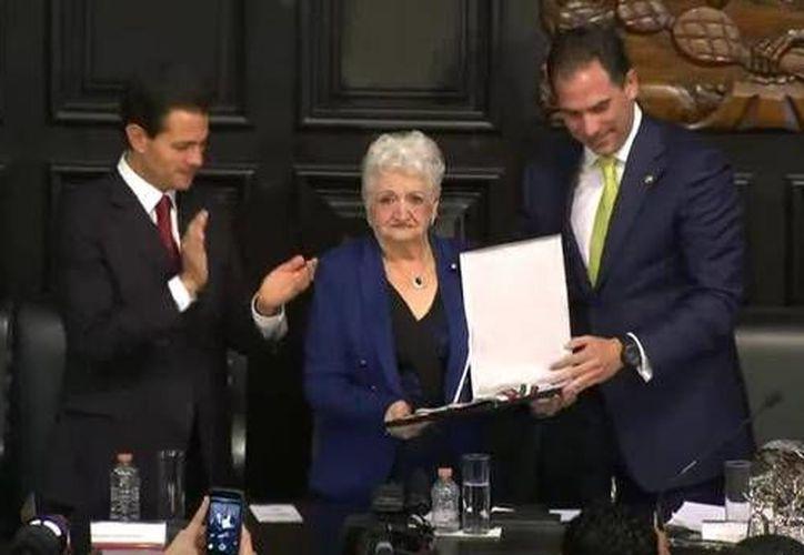 El Presidente Peña Nieto y el presidente del Senado, Pablo Escudero Morales, entregaron la presea 'Belisario Domínguez' y el diploma correspondiente a la madre de Gonzalo Rivas, la señora Clitia del Socorro Cámara Murillo. (Twitter: @PresidenciaMX)