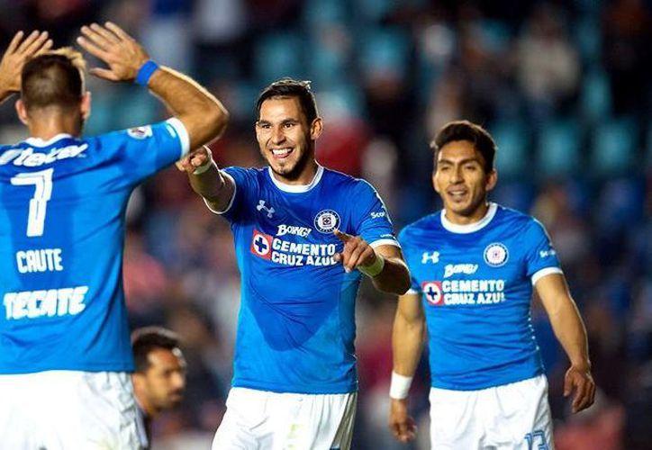 Por fin Cruz Azul festejó una victoria, y lo hizo después de nueve duelos (entre Liga y Copa), ante los Gallos Blancos de Querétaro por 3-0. (mexsport.com)