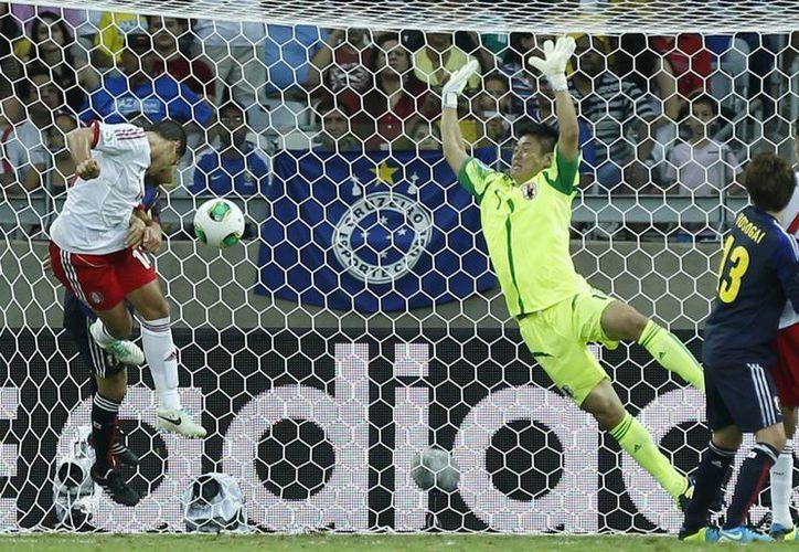 Eiji Kawashima no puede evitar el gol de Chicharito Hernández, que se va del torneo tras conseguir tres goles. (Agencias)