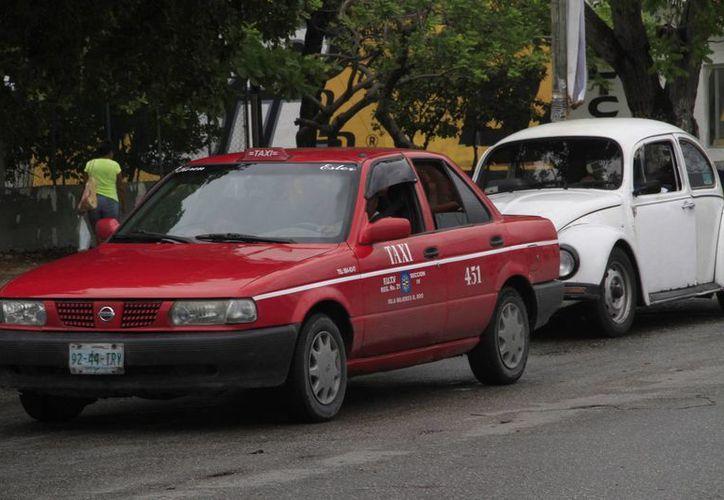 El servicio que ofrecen los 'taxis rojos' corresponde al municipio de Isla Mujeres. (Tomás Álvarez/SIPSE)