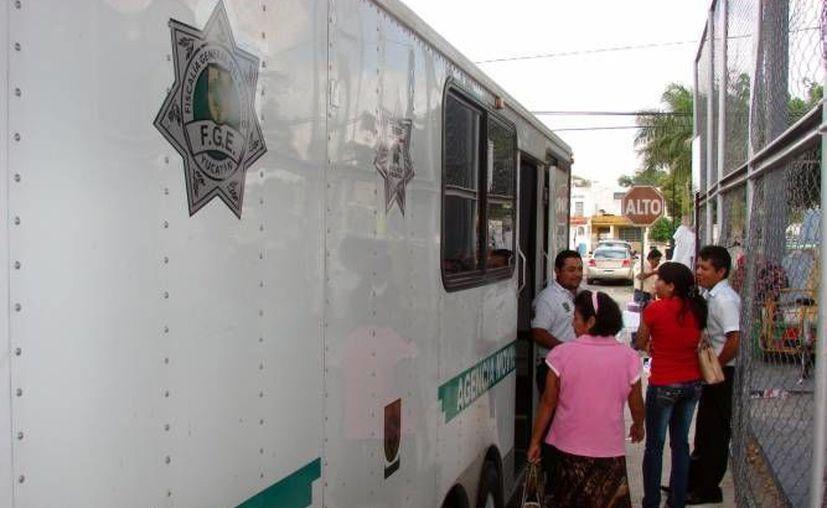 """La FGE atiende """"a domicilio"""" a la población. En la foto una  unidad móvil en la colonia Castilla de Cámara, en Mérida. (SIPSE/Archivo)"""