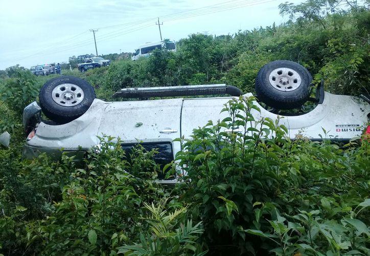 Automovilistas que pasaban por el lugar auxiliaron a los lesionados.  (Eddy Bonilla/SIPSE)