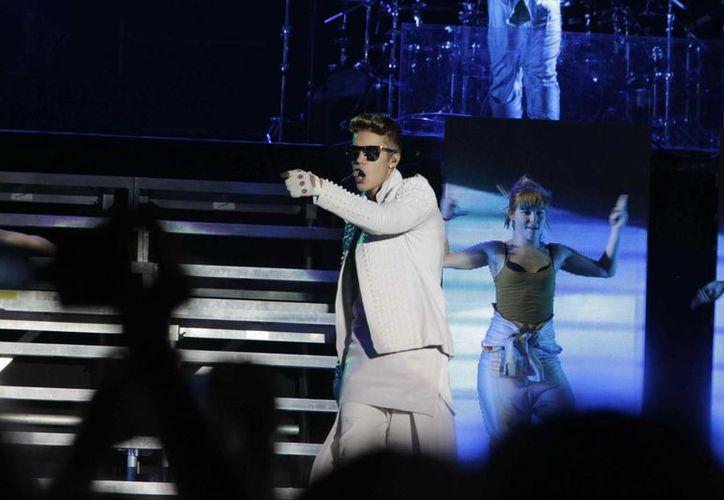 Bieber se sintió mal desde la mañana del domingo, pero hizo caso omiso al médico y subió al escenario en la noche, aunque no duró. (EFE)