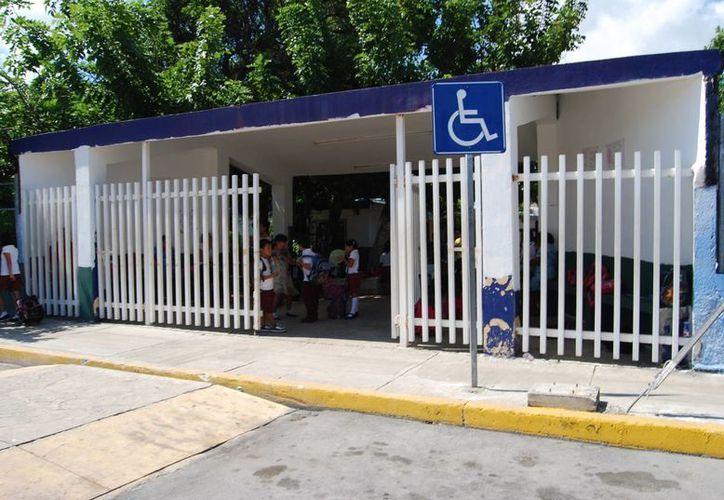 Docentes bloquearon durante media hora la carretera salida a Mérida. (Tomás Álvarez/SIPSE)