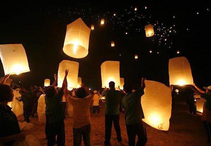 Los globos de Cantoya se elaboran con papel de china y una estopa con combustible para elevarlos. (culturacolectiva.com)