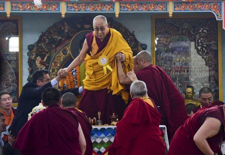 El Dalai Lama asegura que Donald Trump llevará una gran responsabilidad sobre sus hombros. (AP/Manish Bhandari)