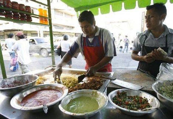 Entre las bacterias que se encuentran en los alimentos ofertados en la calle son: E.coli, Salmonella y en casos más graves coliformes fecales. (Foto de Contexto/Internet)