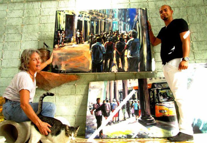 Sanlly Viera Alarcón (d) con Bárbara McClatchie con una parte de la obra que expondrá este sábado en la galería  In la K'ech. (Milenio Novedades)