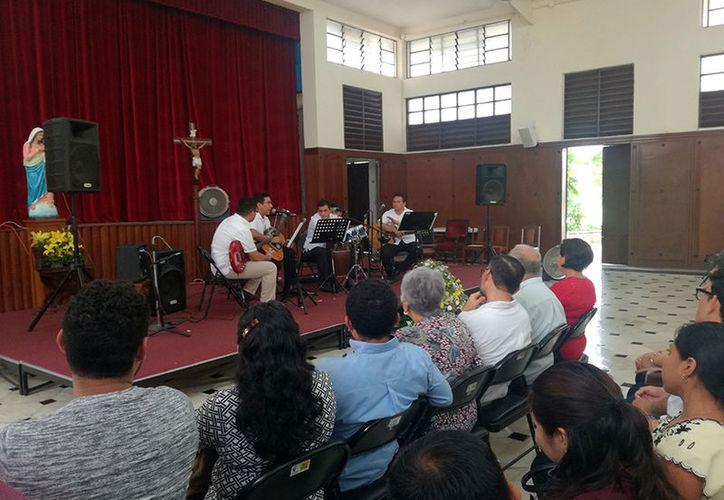Los seminaristas ofrecieron algunas canciones a los asistentes. (Milenio Novedades)
