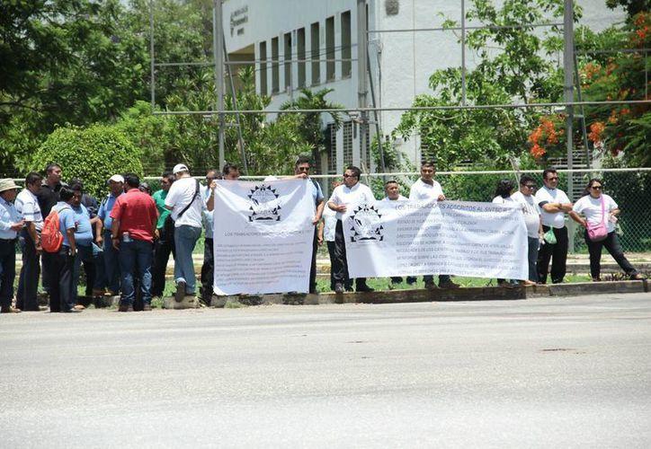 Este martes, trabajadores administrativos del INAH Yucatán realizaron una protesta en contra del delegado estatal Eduardo López Calzada. (Jorge Acosta/ Milenio Novedades)