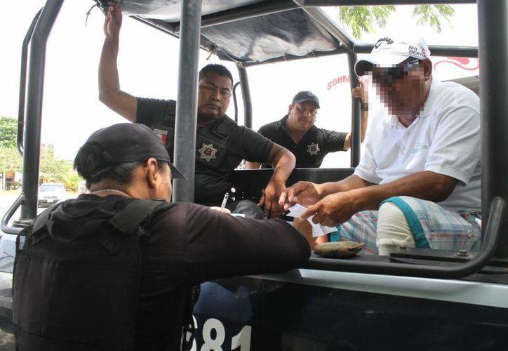 La policía detuvo a dos personas en el operativo. (Sergio Orozco/SIPSE)