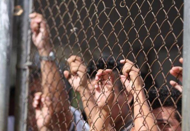 Los reos liberados fueron convocadas a cumplir como ciudadanos y apegarse a la ley. En la imagen un grupo de encarcelados esperando salir del Cereso de Mérida. (Archivo/SIPSE)