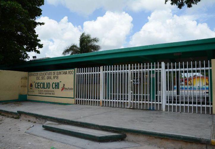 La escuela secundaria Cecilio Chi sufrió el robo de diversos equipos además del deterioro de algunas puertas y ventanas. (Victoria González/SIPSE)