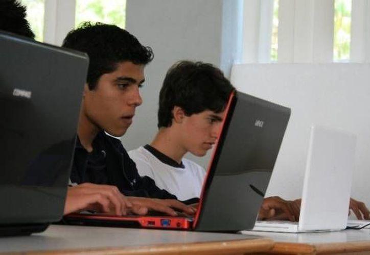 Jóvenes de diferentes partes de México se coordinan para hacer el trabajo de promoción de 'Amparo Digital' en su región. (SIPSE/Foto de contexto)
