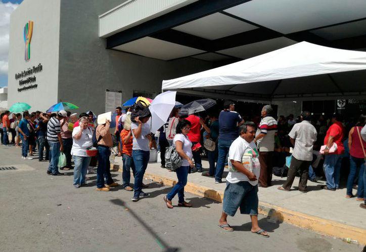 """Propietarios de vehículos saturan los módulos del norte de Mérida, pero """"olvidan"""" que algunos del interior del Estado -que no están lejos- como Progreso y Ticul tienen mucho menos gente. (Arturo Valadez/SIPSE)"""