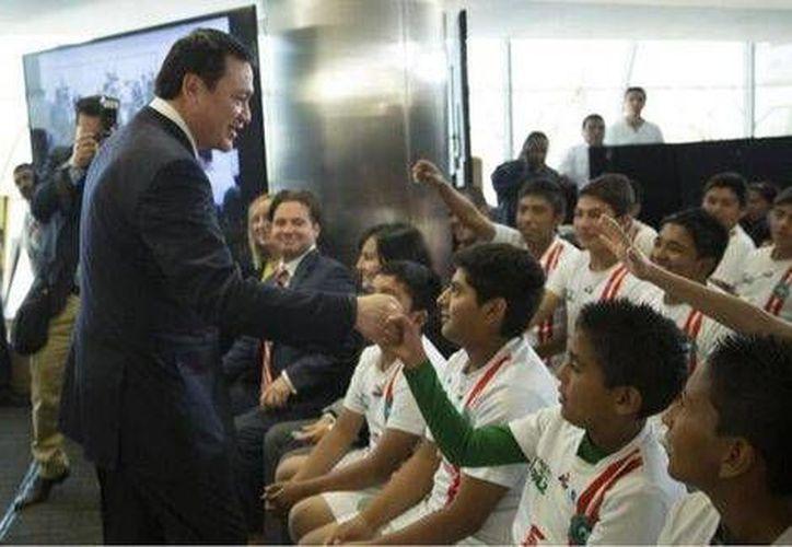 Osorio Chong. con el programa Glorias del Deporte se abre una brecha para tener un país libre de violencia. (Foto de Twitter)