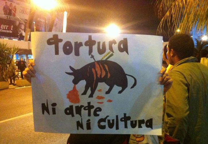 Decenas de manifestantes elaboraron pancartas en señal de rechazo a la corrida. (Twitter/@ralphwhosman)