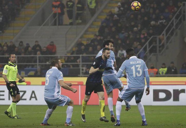 Marcelo Brozovic (de unifome oscuro) recortó distancias pero finalmente Inter de Milan perdió 1-2 ante Lazio en cuartos de final de la Copa de Italia. (AP)