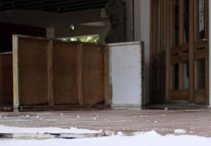 Encharcamientos y pedazos de plafón son visibles en la entrada principal. (Harold Alcocer/SIPSE)
