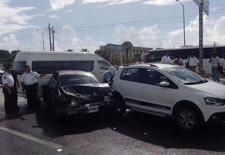 Tres vehículos protagonizaron la carambola en el bulevar Colosio. (Redacción/SIPSE)