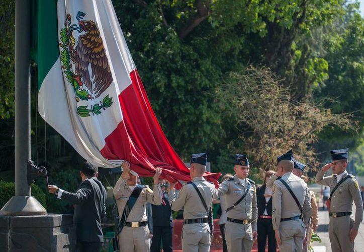 La bandera es síntesis del Estado mexicano y la expresión de la emoción nacional. (Notimex)