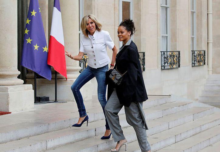 El presidente de Francia, Emmanuel Macron, y su esposa, Brigitte, recibieron durante más de una hora en el Palacio del Elíseo a la cantante Rihanna. (Reuters).