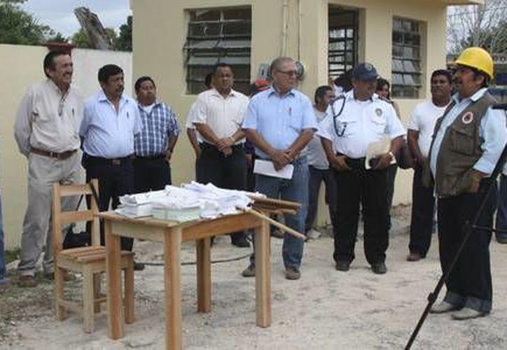 El primer edil, José Domingo Flota Castillo, acompañado de otros funcionarios del Ayuntamiento. (Redacción/SIPSE)