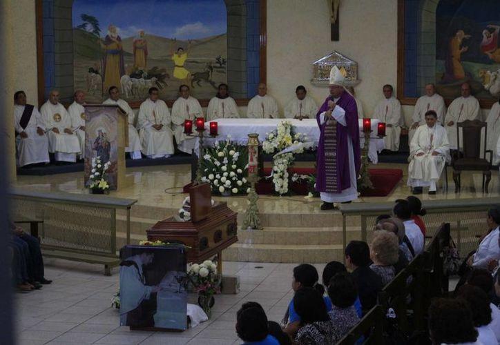 La misa de exequias fue celebrada por el obispo de la Prelatura Cancún- Chetumal. (Harold Alcocer/SIPSE)