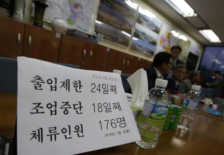 Miembros de Corea del Sur de la Asociación Empresarial del Complejo Industrial de Kaesong hablan entre sí después del anuncio del gobierno en su sede en Seúl, Corea del Sur. (Agencias)