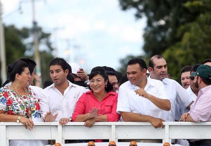 El gobernador durante la gira por el sur de Yucatán. (SIPSE)