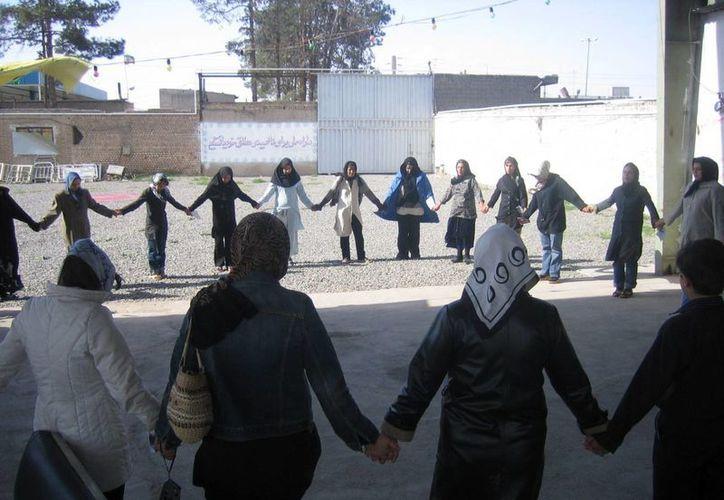 Un grupo de mujeres iraníes en el centro de atención a drogadictos Chitgar, de la ONG Tabalodé Dobaré (Renacer), situado a las afueras de Teherán. (EFE)
