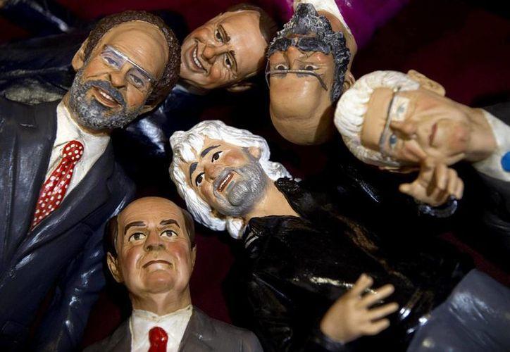 Muñecos que representan a los candidatos italianos. (EFE)