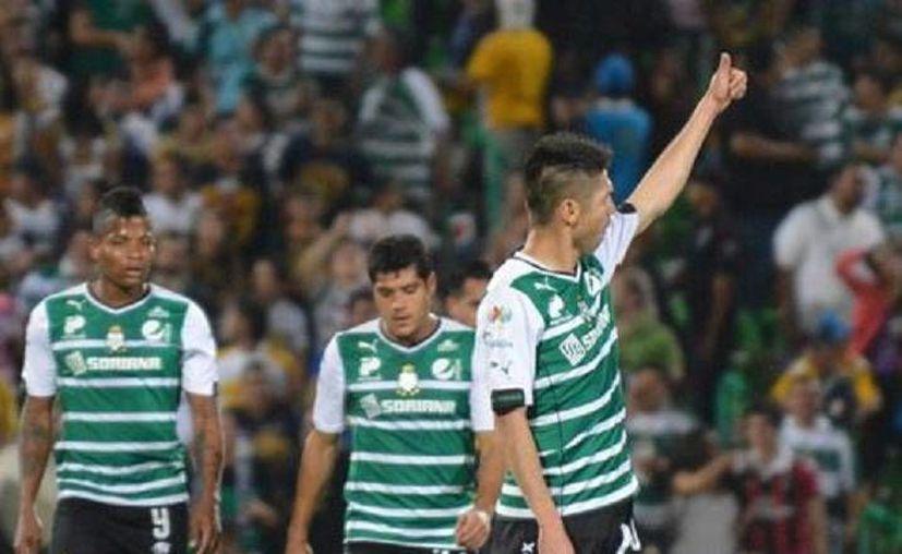 Oribe (con el brazo levantado) marcó un gol en los descuentos que redundó en los tres puntos a favor de Santos. (mexsport.com)