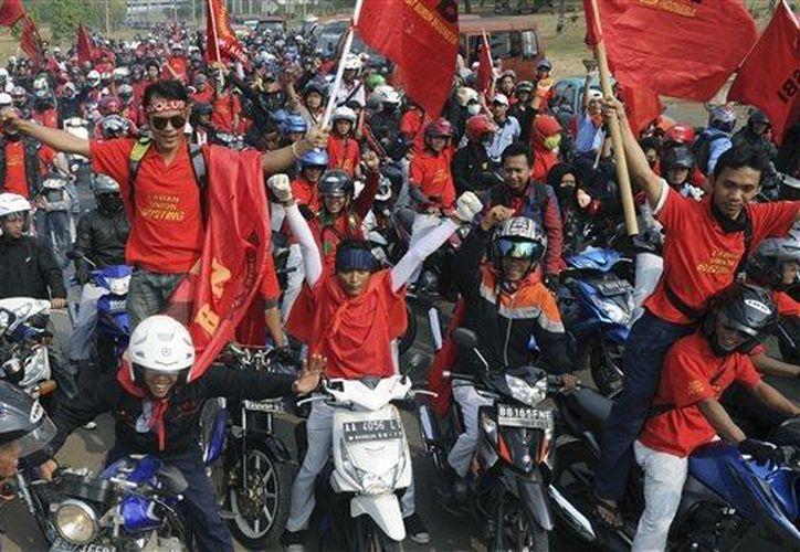 Manifestación de obreros en Yakarta, Indonesia, en busca de mejores salarios. (Agencias)