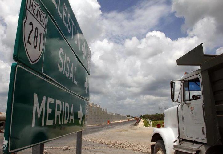 El libramiento de la carretera Mérida-Celestún lleva un avance del cinco por ciento. (Archivo/ Milenio Novedades)