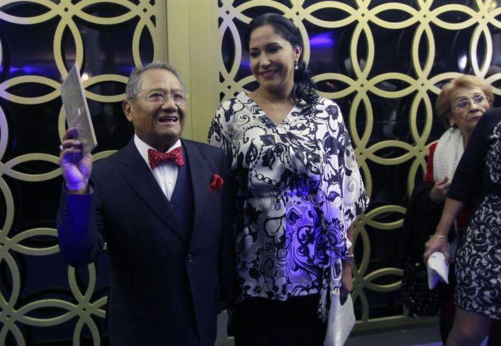 Esta semana Armando Manzanero ha estado muy activo. En la imagen, durante la entrega de reconocimientos a compositores de México, hace unos días. (Notimex)