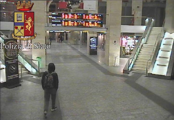 En esta imagen difundida por la policía italiana, Anis Amri, el principal sospechoso del ataque a un mercado navideño en Berlín, camina por la estación de tren el 22 de diciembre. (AP)