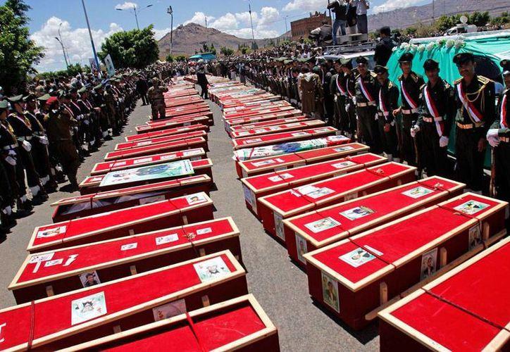 Se desconoce si el bombardeo al Palacio Presidencial de Yemen dejó víctimas. La imagen no corresponde al hecho, sino al funeral de víctimas de ataques de la semana pasada, y está utilizada sólo como contexto. (AP)