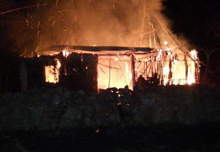 Las llamas consumieron este predio ubicado en Kinchil. La tradicional quema del viejo dejó su estela de incendios en el interior del Estado. (SIPSE)