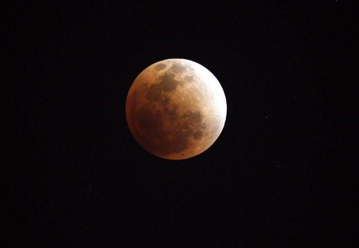 La última vez que se registró un eclipse lunar de color rojo fue en el año 2011. (EFE)