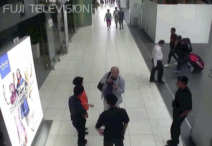 Captura de pantalla del momento en donde Kim Jong Nam pedía ayuda a los guardias de seguridad, minutos después de ser agredido por las dos mujeres, en el aeropuerto de Kuala Lumpur, Malasia. Las imágenes de las cámaras de seguridad, obtenidas por la televisión japonesa, muestran el cuidadoso y deliberado ataque contra el exiliado medio hermano del líder de Corea del Norte. (Fuji Television via AP)
