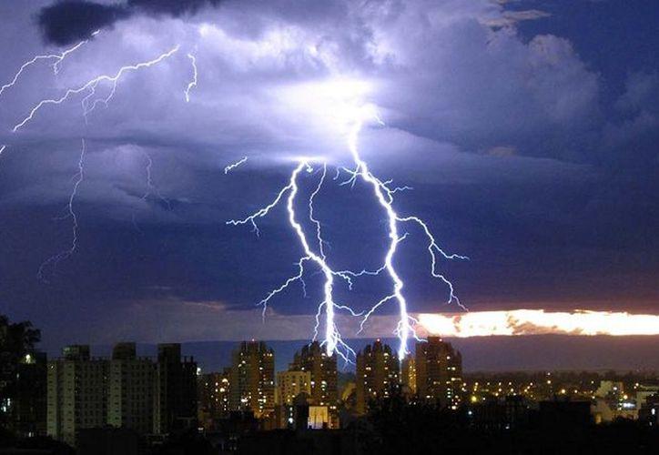 Recomiendan buscar un refugio durante las tormentas eléctricas. (Internet)