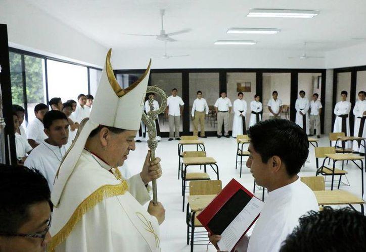 Mons. Gustavo Rodríguez Vega impartió la bendición a las nuevas aulas del Seminario Menor. (Milenio Novedades)