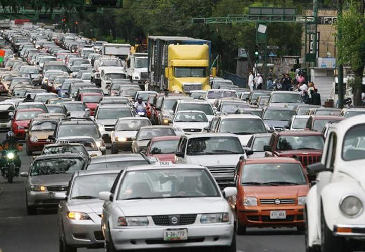 Los autos foráneos que realicen el trámite obtendrán un engomado con una vigencia de seis meses y después deberán realizar la verificación nuevamente. (radiotrece.com.mx)